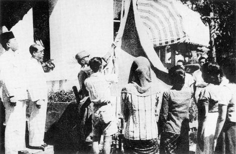 800px-Indonesian_flag_raised_17_August_1945