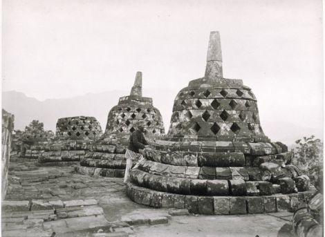 COLLECTIE_TROPENMUSEUM_Fotograaf_Kassian_Céphas_bij_de_stupas_op_de_Borobudur_TMnr_60005095